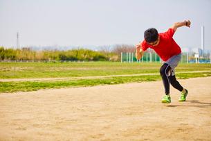 グラウンドで走り出すスポーツマンの写真素材 [FYI03428266]