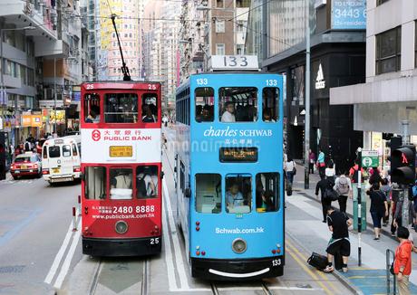路面電車トラム。香港の庶民の足。の写真素材 [FYI03428430]