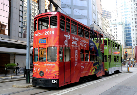 路面電車トラム。香港の庶民の足。の写真素材 [FYI03428446]