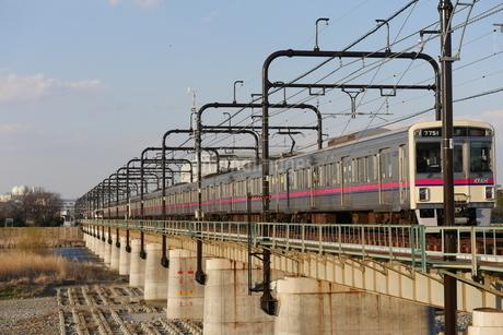 鉄橋を渡る電車の写真素材 [FYI03428451]