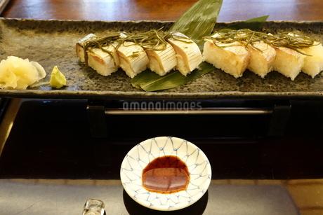 鯖と鯛の押し鮨の写真素材 [FYI03428855]