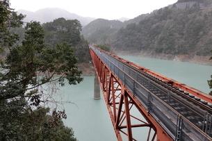 大井川鉄道 湖上の線路の写真素材 [FYI03428856]