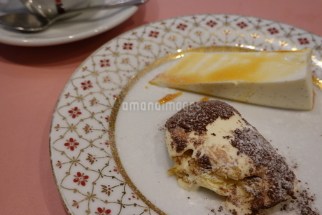 ティラミスとチーズケーキの写真素材 [FYI03428864]