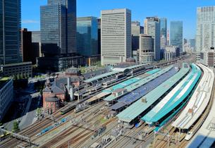 東京駅と丸の内のオフィスビル群の写真素材 [FYI03428949]