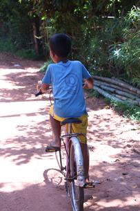 自転車を漕ぐアジアの少年の写真素材 [FYI03428957]