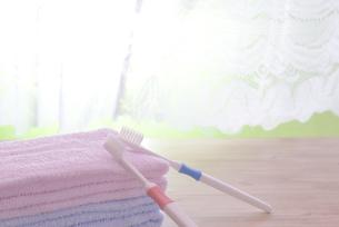 朝イメージの歯ブラシとタオルの写真素材 [FYI03429024]