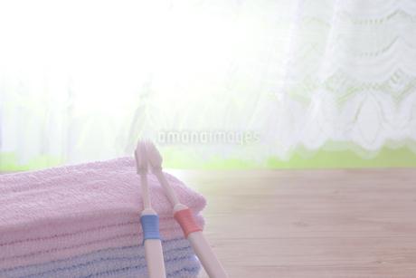 朝イメージの歯ブラシとタオルの写真素材 [FYI03429025]