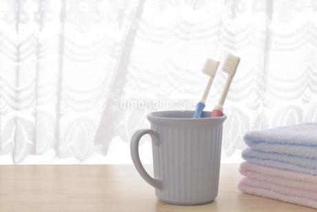 朝イメージの歯ブラシとタオルの写真素材 [FYI03429026]