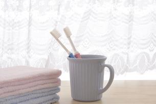 朝イメージの歯ブラシとタオルの写真素材 [FYI03429027]
