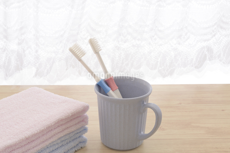 朝イメージの歯ブラシとタオルの写真素材 [FYI03429028]