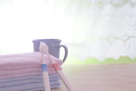 朝イメージの歯ブラシとタオルの写真素材 [FYI03429030]