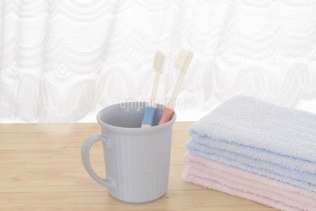 朝イメージの歯ブラシとタオルの写真素材 [FYI03429031]