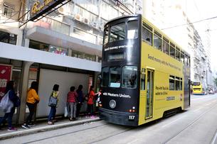 路面電車トラム。香港の庶民の足。の写真素材 [FYI03429072]