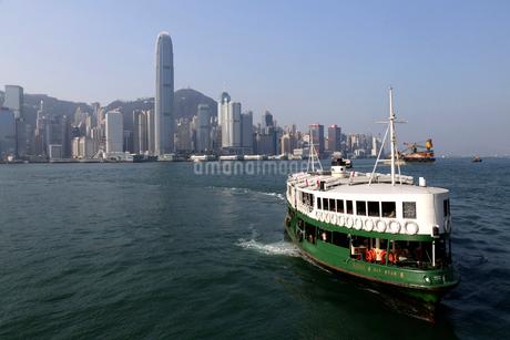 香港島から九龍に到着するスターフェリー。英国植民地時代から運行されるの写真素材 [FYI03429091]
