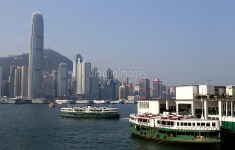 英国植民地時代から運行されるスターフェリー。香港島から九龍に向かう。の写真素材 [FYI03429092]