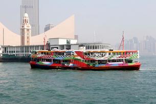 香港のビクトリア湾を横断するスターフェリー。英国植民地時代から運行されている。この船はビクトリア湾クルーズのための観光船仕様。の写真素材 [FYI03429138]