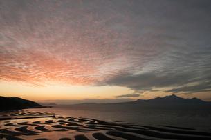 御輿来海岸へ沈む夕日の写真素材 [FYI03429162]