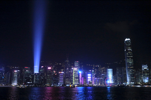 香港の九龍半島側から見た「シンフォニー・オブ・ライツ」の写真素材 [FYI03429171]