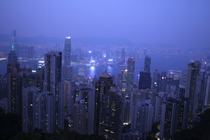 香港・ビクトリアピークから見た夜景。手前は香港島。奥は九龍半島の写真素材 [FYI03429172]