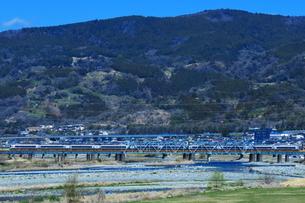 酒匂川を渡る小田急ロマンスカーEXEαの写真素材 [FYI03429188]