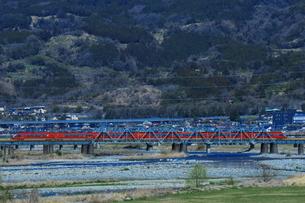酒匂川を渡る小田急ロマンスカーGSEの写真素材 [FYI03429189]