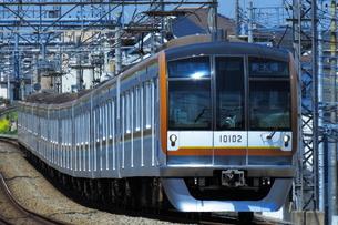 西武池袋線を走る東京メトロ10000系の写真素材 [FYI03429191]