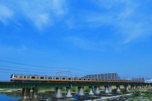 多摩川を渡る中央線E233系の写真素材 [FYI03429198]