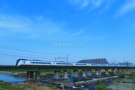多摩川を渡る中央線E353系の写真素材 [FYI03429200]