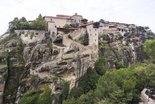 岩山に見るメガロ・メテオロン修道院の写真素材 [FYI03429276]