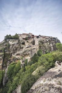 岩山に見るメガロ・メテオロン修道院の写真素材 [FYI03429277]