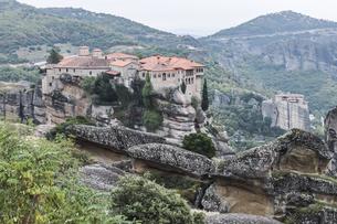 2つの修道院を見るメテオラ風景の写真素材 [FYI03429282]