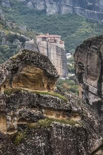 奇岩岩山に建つルサヌー修道院の写真素材 [FYI03429285]