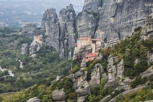 壮大な岩山に点在する修道院の写真素材 [FYI03429286]