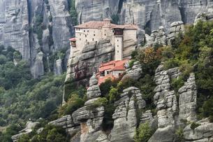 岩肌を背景に見るルサヌー修道院の写真素材 [FYI03429287]