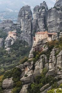 迫力ある岩山に点在する修道院の写真素材 [FYI03429288]