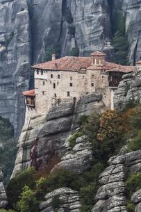 岩肌を背景に見るルサヌー修道院の写真素材 [FYI03429289]