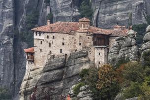 岩肌を背景に見るルサヌー修道院の写真素材 [FYI03429290]