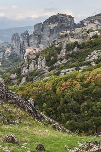 複数の修道院が点在するメテオラの岩山の写真素材 [FYI03429292]