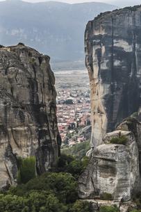 壮大な岩山間より町並みを望むの写真素材 [FYI03429293]