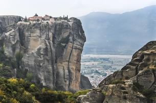 頂上に修道院を見る岩山間から町並みを望むの写真素材 [FYI03429294]