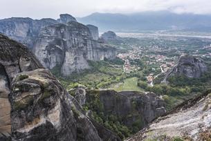 町並みを見下ろす岩山風景の写真素材 [FYI03429295]