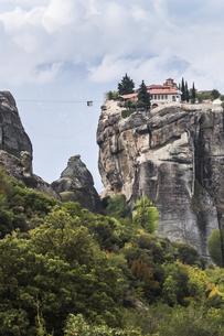 ロープウェイを見る岩山に建つアギア・トリアダ修道院の写真素材 [FYI03429297]