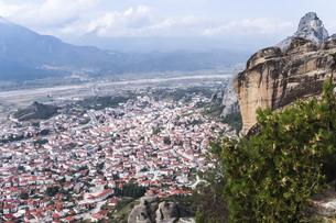 メテオラの岩山とカランバカの町並みの写真素材 [FYI03429300]