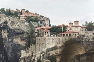 奇岩上に建つメテオラ修道院群風景の写真素材 [FYI03429302]