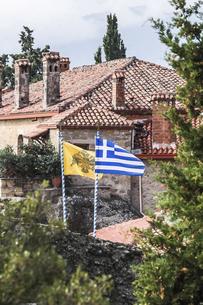 ギリシャの国旗がなびくメテオラの修道院風景の写真素材 [FYI03429306]