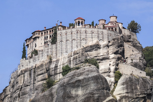 メテオラ奇岩頂上に建つ修道院の写真素材 [FYI03429307]