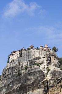 メテオラ奇岩頂上に建つ修道院の写真素材 [FYI03429308]