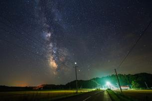 天の川と道の写真素材 [FYI03429611]
