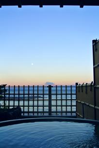 湯と駿河湾の朝焼の写真素材 [FYI03429681]