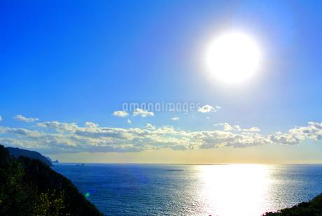 山から見た海と太陽の写真素材 [FYI03429856]